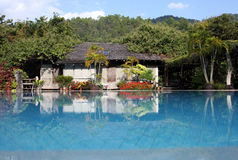 Wohnsitz mit Swimmingpool Stockbilder