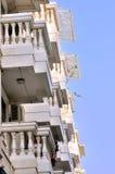 Wohnsitzgebäude mit vielen Balkonen Stockfotografie