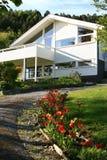 Wohnsitzhaus mit großem Balkon und Garten Lizenzfreie Stockbilder