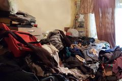 Wohnung eines Pensionärs, der unter der zwingenden Horten leidet, verunreinigt mit Abfall und Büchern lizenzfreie stockfotos
