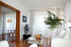 Wohnung im Luxushotel gedient mit Früchten stockfotografie