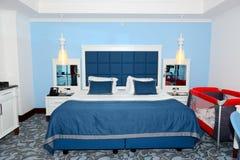 Wohnung im Luxushotel mit Kinderbett Lizenzfreie Stockfotografie