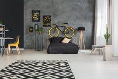Turbo Wohnung Mit Bett Und Fahrrad Stockbild - Bild von wohnung BC91