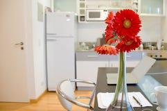 Wohnung mit Blumen Stockbilder