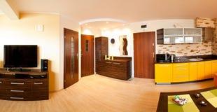 Wohnung mit offener Küche stockbild