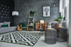 Wohnung mit Sofa nad-Kommode lizenzfreie stockfotos