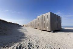 Wohnungen auf dem Strand von Hoek-Packwagen Holland Lizenzfreies Stockbild