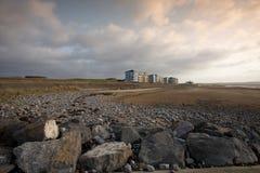 Wohnungen, die den Strand übersehen Stockfoto