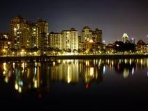 Wohnungen durch kallang Bassin nachts Lizenzfreies Stockfoto