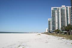 Wohnungen in einem hohen Gebäude auf verlassenem Strand Stockfotografie
