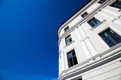 Wohnungen und Himmel Stockfotos