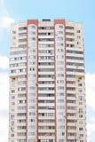 Wohnunggebäude und blauer Himmel Stockbilder