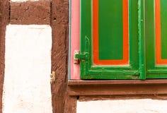 Wohnungs-Haus-hölzerne Fenster-Vorhänge bunte Fensterladen-Windows historische historisch stockbild