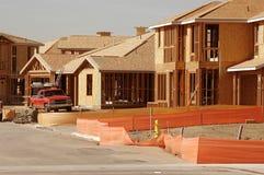 Wohnungsbau-Site und Arbeits-LKW Stockfotos