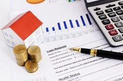 Wohnungsbaudarlehenkonzept mit Abschluss herauf Füllfederhalter und Darlehensantrag stockfotos