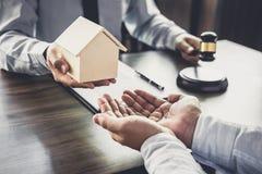 Wohnungsbaudarlehenversicherung, männlicher Rechtsanwalt oder Richter Consult mit dem Kunden stockfotos