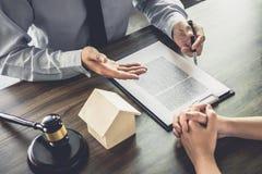 Wohnungsbaudarlehenversicherung, männlicher Rechtsanwalt oder Richter Consult mit dem Kunden stockfoto
