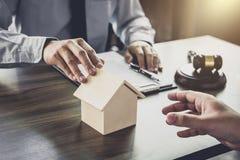 Wohnungsbaudarlehenversicherung, männlicher Rechtsanwalt oder Richter Consult mit dem Kunden lizenzfreies stockfoto
