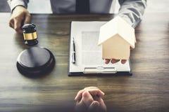 Wohnungsbaudarlehenversicherung, männlicher Rechtsanwalt oder Richter Consult mit dem Kunden lizenzfreies stockbild