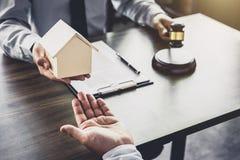 Wohnungsbaudarlehenversicherung, männlicher Rechtsanwalt oder Richter Consult mit dem Kunden stockbilder