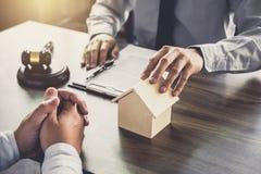 Wohnungsbaudarlehenversicherung, männlicher Rechtsanwalt oder Richter Consult mit dem Kunden stockbild