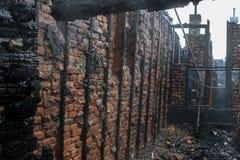 Wohnungsfeuer, total eingestürztes Dach Stockfotos