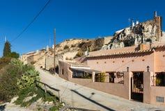 Wohnungshöhlen errichtet in Felsen Cortes-De Baza Stockfotografie