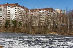 Wohnungshaus auf Flussquerneigung lizenzfreie stockfotografie