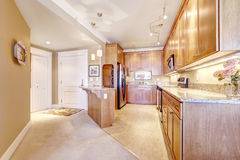 Wohnungsinnenraum Küchenraum mit Eingangshalle Stockfotos