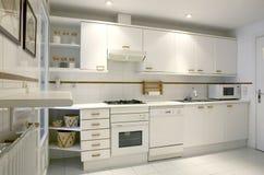 Wohnungskücheninnenraum im weißen Ton stockfoto
