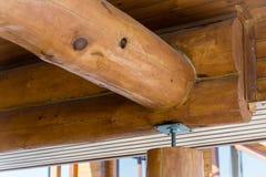 Wohnungsneubau, der gegen einen blauen Himmel, Nahaufnahme eines Deckenrahmens gestaltet aufbau lizenzfreies stockfoto