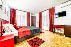 Wohnungsschlafzimmer in einem erschwinglichen Motel stockfoto