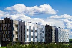 Wohnviertel mit modernem sechs Vollgeschoss auf dem Hintergrund des Schwimmens bewölkt sich Lizenzfreies Stockbild