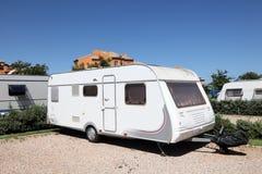 Wohnwagen auf einem Campingplatz Stockbilder