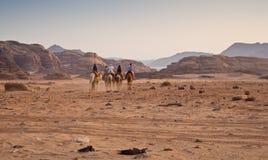 Wohnwagen in der Wüste lizenzfreie stockfotos