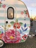 Wohnwagen gemalt mit Blumen Stockfotografie