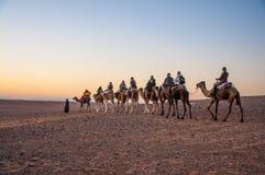 Wohnwagen mit Touristen in der Sahara-Wüste Lizenzfreies Stockbild