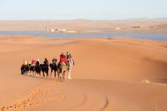 Wohnwagen mit Touristen in der Sahara-Wüste Stockfotos