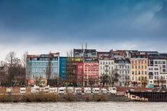 Wohnwagen und Gebäude auf den Banken der Elbes in Hamburg stockbilder