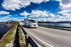 Wohnwagenauto RV reist auf der Autobahn Atlantik-Straße Norwegen Lizenzfreie Stockbilder