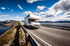 Wohnwagenauto RV reist auf der Autobahn Atlantik-Straße Norwegen Lizenzfreie Stockfotografie