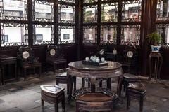 Wohnzimmer der chinesischen Art herein arbeitet er, Yangzhou, China im Garten lizenzfreies stockbild