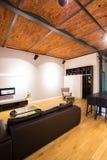 Wohnzimmer im Dachboden Stockbilder