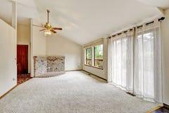 Wohnzimmer im emtpy Haus mit Arbeitsniederlegungsplattform Stockfotos