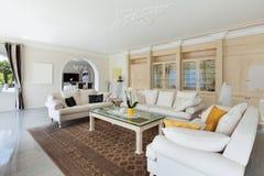 Wohnzimmer im Luxushaus Stockbilder
