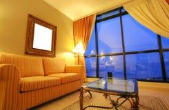 Wohnzimmer im neuen Haus im Sonnenuntergang Lizenzfreie Stockfotografie