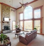 Wohnzimmer-Innenraum mit hoher Decke Stockbilder