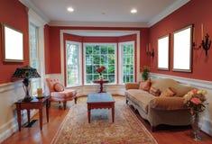 Wohnzimmer-Innenraum mit Schacht-Fenster Lizenzfreie Stockfotos