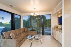Wohnzimmer mit Ansicht des Patios Stockbild