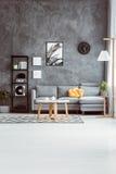Wohnzimmer mit Betonmauer Lizenzfreie Stockfotos
